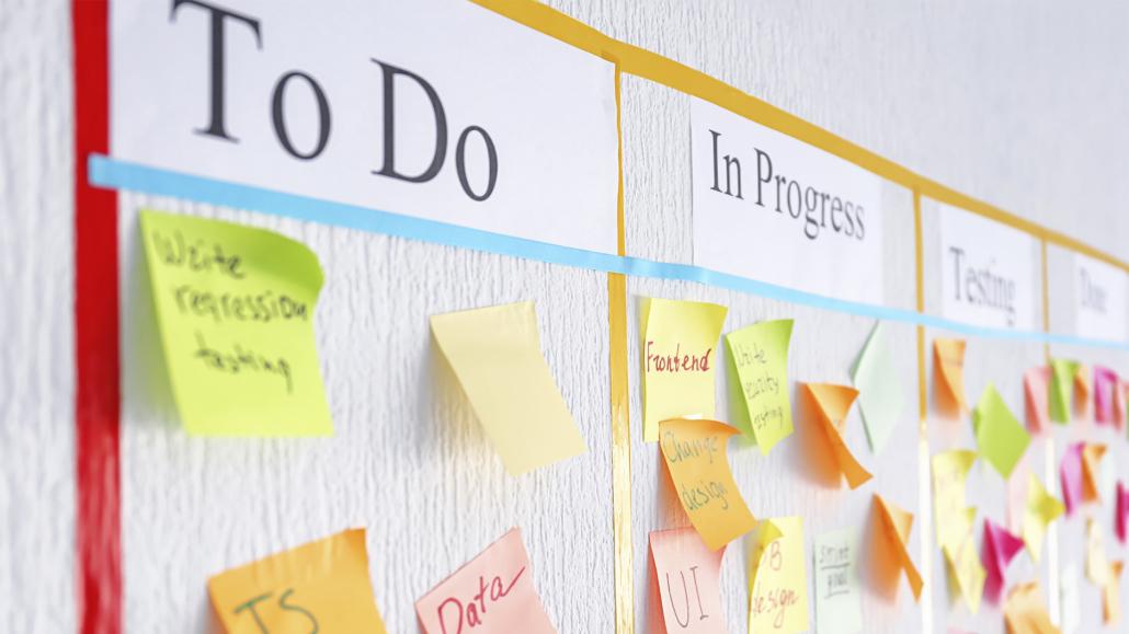 O Scrum pode ser definido como um método ágil, como um framework voltado para dinamizar o processo de desenvolvimento e entrega de produtos de maneira incremental e iterativa.